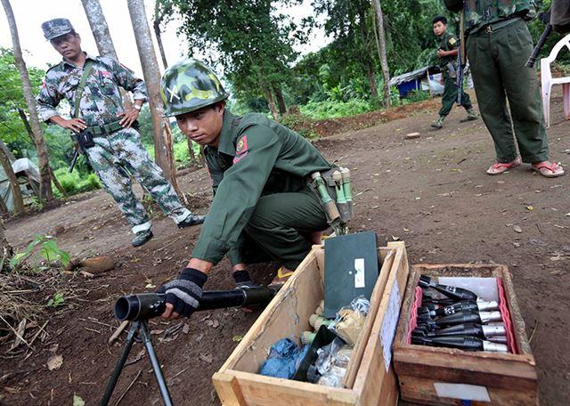 미얀마 북부 카친주 소재 라이자 지역으로부터 남쪽으로 20㎞ 정도 남쪽에 위치한 라자 양(Laja Yang) 최전선 전초기지에서 카친독립군(KIA) 병사가 장교의 지휘를 받아 박격포 발사 준비를 하고 있다. 라이자=EPA 연합뉴스
