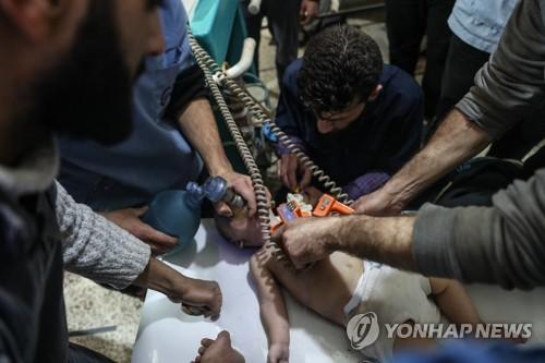 시리아 동구타의 공습 현장에서 구조한 아기에게 소생술을 하는 의료진 [EPA=연합뉴스]