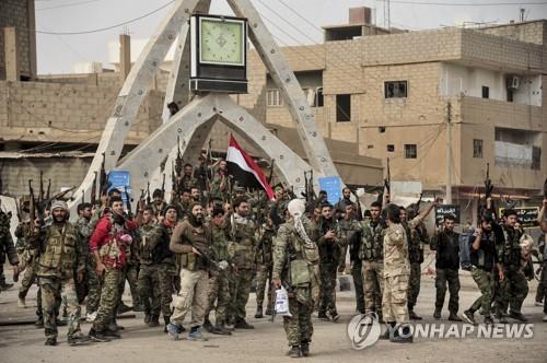 시리아 동부에서 IS에 승리한 후 기뻐하는 시리아군과 헤즈볼라 [EPA=연합뉴스]