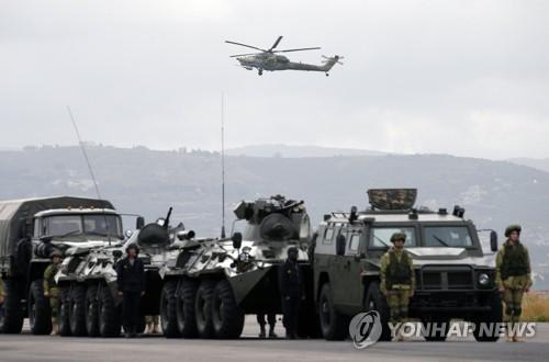 시리아 흐메이밈 공군기지 인근에 배치된 러시아군 [EPA=연합뉴스]