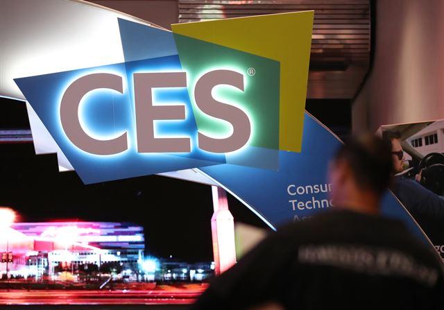 세계 최대 전자제품 전시회 '국제전자제품박람회(CES) 2018' 개막을 이틀 앞둔 7일(현지시간) 주요 전시장인 라스베이거스 컨벤션센터(LVCC) 입구에서 업체 관계자들이 분주히 움직이고 있다. 라스베이거스=연합뉴스