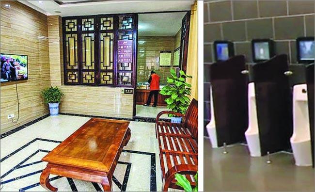 시진핑 중국 국가주석이'화장실 혁명'을 강조한 이후 중국에 고급스러운 공중 화장실이 생겨나고 있다. 중국 후난성 신닝현 랑산풍경구에 있는 한 공중 화장실에 TV, 의자, 테이블 등이 갖춰져 있다(왼쪽 사진). 또 다른 남자 화장실에는 변기마다 모니터 화면이 설치됐다(오른쪽 사진). /홍콩명보·사우스차이나모닝포스트
