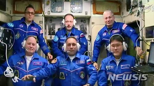 """【AP/뉴시스】지난해 12월19일 국제우주정거장(ISS)에 새로 도착한 미국의 스콧 트링글, 러시아의 안톤 시카플레로프, 일본의 가나이 노리시게(金井宣茂, 앞줄 왼쪽부터)가 기존 IIS에 체류하고 있던 알렉산더 미수르킨 선장(러시아), 마크 반더 헤이(미국), 조 아카바(미국)와 함께 기념사진을 찍고 있다. 가나이는 9일 트위터를 통해 """"ISS에 머문 3주일여 사이 키가 9㎝ 가까이 자라 지구로 귀환할 때 소유즈 로켓에 타지 못할까 봐 걱정이다""""라고 밝혀 큰 화제를 모았지만 얼마 뒤 """"계측 잘못이다. 실제로 큰 키는 2㎝로 가짜 뉴스를 전해 죄송하다""""고 밝혔다. 2018.1.10"""
