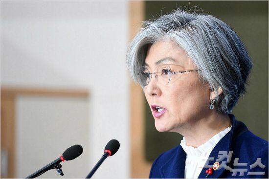 강경화 외교부 장관이 9일 오후 서울 외교부 청사에서 위안부 합의 후속조치를 발표하고 있다. 박종민기자