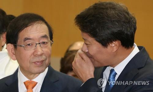 대화하는 박원순 시장-임종석 전 정무부시장 [연합뉴스 자료사진]