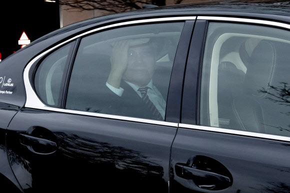 장웅 북한 국제올림픽위원회(IOC) 위원이 10일(현지시간) 스위스 로잔의 IOC 본부를 떠나며 승용차 안에서 취재진을 향해 손을 흔들고 있다.로잔 EPA 연합뉴스