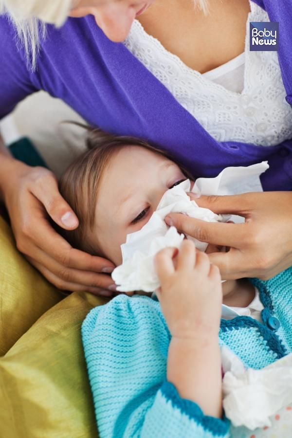 자발적으로 코를 푸는 데 어려움이 있는 영유아는 코흡인기를 사용해 아이의 호흡을 편안하게 만들어줄 수 있다. ⓒ베이비뉴스