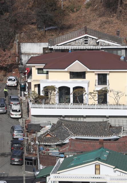 법원 '국정원 뇌물' 박근혜 전 대통령 재산 동결 - 법원이 국가정보원에서 특수활동비를 뇌물로 받은 혐의로 추가 기소된 박근혜 전 대통령의 재산을 동결했다. 국정농단 사태가 불거진 이후 박 전 대통령의 재산 처분이 금지된 건 이번이 처음이다. 서울중앙지법은 12일 검찰이 청구한 추징보전 청구를 받아들였다고 밝혔다. 2018.1.12 뉴스1