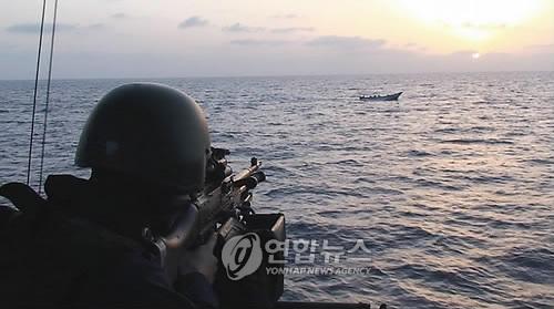 2009년 5월 26일 소말리아 인근 아덴만에서 스웨덴군 소속 병사가 해적으로 의심되는 선박에 기관총을 겨누고 있다. [EPA=연합뉴스자료사진]
