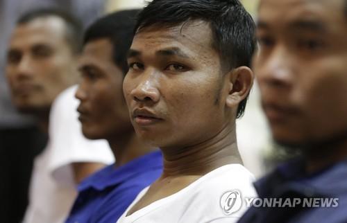 2016년 11월 1일 소말리아 해적에 납치됐다가 풀려난 캄보디아 국적 선원들이 프놈펜에서 기자회견을 하고 있다. [EPA=연합뉴스자료사진]