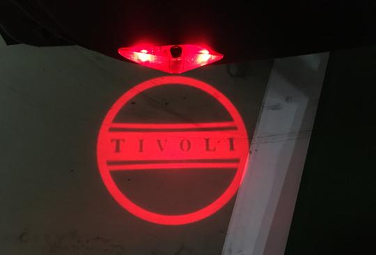 야간에 도어를 열면 바닥에 불빛으로 티볼리 마크를 새겨주는 도어 스팟램프.ⓒ데일리안
