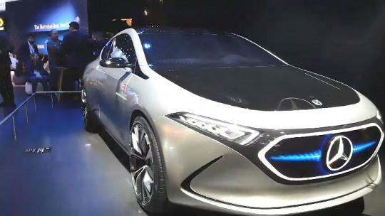 벤츠는 새 인포테인먼트 시스템 'MBUX'와 다양한 전기차를 공개했다.