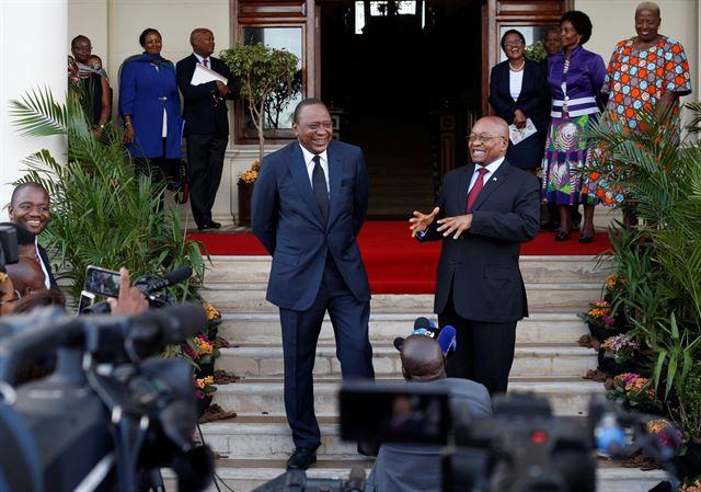 우후루 케냐타 케냐 대통령과 제이컵 주마 남아프리카공화국 대통령이 12일 남아공 더반에서 회담하고 있다. 두 국가가 소속된 아프리카연합은 도널드 트럼프 미국 대통령의 인종주의적 발언에 사과를 요구했다. 더반=로이터 연합뉴스