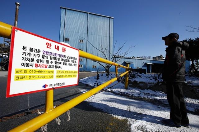 ▲ 전북 익산시 장점마을 주민들이 집단 암 발병으로 논란이 된 가운데, 한 주민이 가동이 중단된 비료공장 앞에서 생각에 잠겼다. ⓒ함께사는길(이성수)