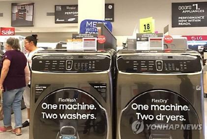 지난 해 미국 로스앤젤레스 인근 한 도시 대형마트에서 삼성전자 및 LG 전자 세탁기들이 판매되고 있다 ./사진=연합뉴스