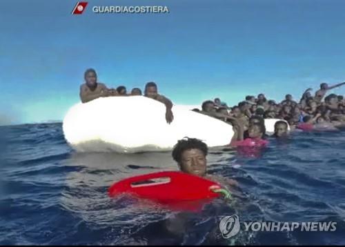 이탈리이 해안경비대가 이달 6일 리비아 연안에서 난민들을 구하고 있다. [AP=연합뉴스]