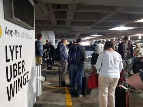 최근 완성차 판매량이 정체되고 있는 미국은 우버, 리프트 등 차량공유서비스가 활성화 돼 있다. 사진은 미국 시애틀 공항에서 카헤일링 차량을 기다리는 사람들/김범수 기자