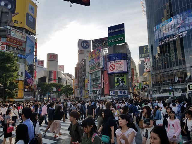 일본 도쿄 중심가인 시부야 교차로 모습. 이 거리에선 연예기획사들의 길거리캐스팅이 흔히 일어난다. 이중 성인물 촬영 의도를 숨긴 채 접근하는 악덕업자들도 많다. 도쿄=박석원 특파원