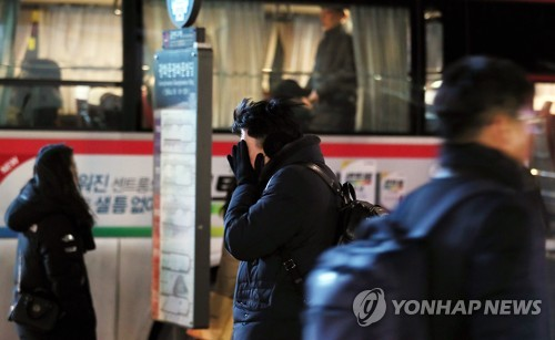 퇴근길 버스를 기다리는 시민 (서울=연합뉴스) 이지은 기자 = 전국이 영하권에 머무는 등 추위가 이어진 지난 10일 오후 서울세종대로에서 한 시민이 얼굴을 감싼 채 버스를 기다리고 있다. 2018.1.10      jieunlee@yna.co.kr