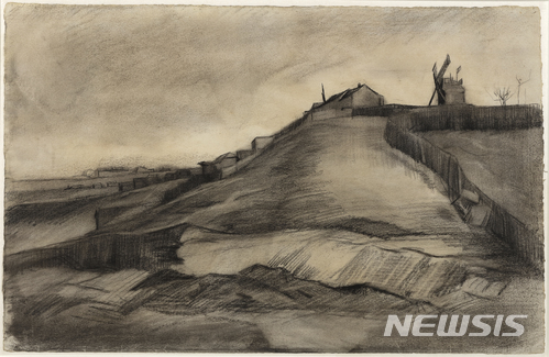 【위트레흐트=AP·반 블리싱겐 예술 재단/뉴시스】 프랑스 파리 몽마르트르 언덕을 그린 데생작품 2점이 네덜란드의 화가 빈센트 반 고흐의 작품으로 확인됐다. '채석장과 몽마르트르 언덕'이라는 제목의 이 작품은 1886년 3월 그려진 것으로 현재 네덜란드 위트레흐트 주 자이스트 시에 위치한 '반 블리싱겐 예술 재단'이 소유하고 있다. 이 작품은 반 고흐 미술관이 소장한 또 다른 데생작품 1점과 함께 반 고흐의 작품으로 새로 확인됐다. 2018.01.16.
