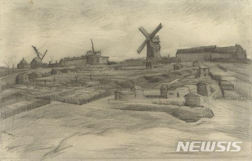 【암스테르담=AP·빈센트 반고흐 재단/뉴시스】 프랑스 파리 몽마르트르 언덕을 그린 데생작품 2점이 네덜란드의 화가 빈센트 반 고흐의 작품으로 확인됐다. '몽마르트르 언덕'이라는 제목의 이 작품은 1886년 그려진 것으로 암스트레담에 위치한 반 고흐 미술관이 소장한 것이다. 이 작품은 또 다른 데생작품 1점과 함께 반 고흐의 작품으로 새로 확인됐다. 2018.01.16.