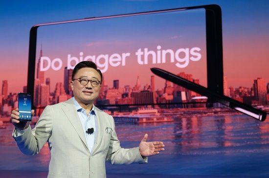 고동진 삼성전자 무선사업부장 사장이 '갤럭시 언팩 행사 2017'에서 '갤럭시노트8'을 소개하고 있다.(사진=삼성전자)