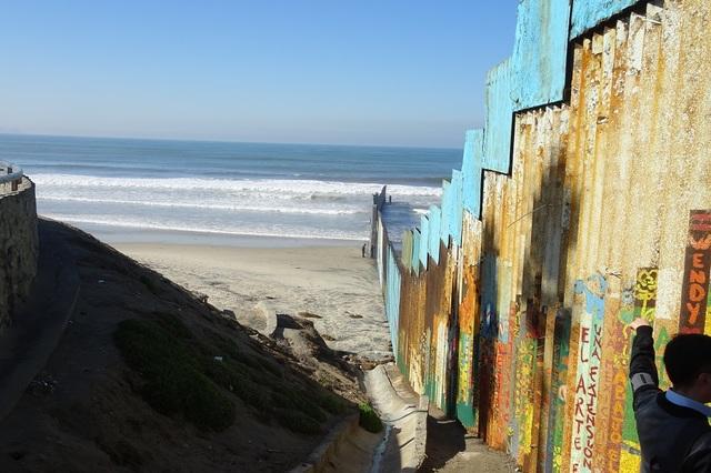 """미국 샌디에이고와 국경을 맞대고 있는 멕시코 티후아나의 최서쪽 해변가엔 바다 쪽으로의 월경을 막기 위해 장벽이 20m가량 바다 쪽으로 설치돼 있다. 지난 11일(현지시각) 한 현지인은 """"여름엔 아이들이 자맥질을 하며 '자유롭게' 미국을 오고간다""""고 귀뜸했다."""