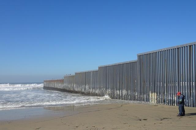 미국 샌디에이고와 국경을 맞대고 있는 멕시코 티후아나의 최서쪽 해변가엔 바다 쪽으로의 월경을 막기 위해 장벽이 20m가량 바다 쪽으로 설치돼 있다.
