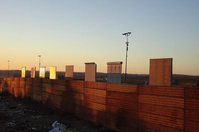 지난 11일(현지시각) 멕시코 티후아나 지역에서 바라본 샌디에이고 지역에 8개의 미국-멕시코 장벽 모형과 간이화장실이 삭막하게 놓여있다. 도널드 트럼프 행정부는 지난해 10월말 8개의 장벽 모형을 미국 언론에 하루 동안 공개한 이후엔 접근을 금지하고 있어 멕시코 쪽에서만 볼 수 있다.