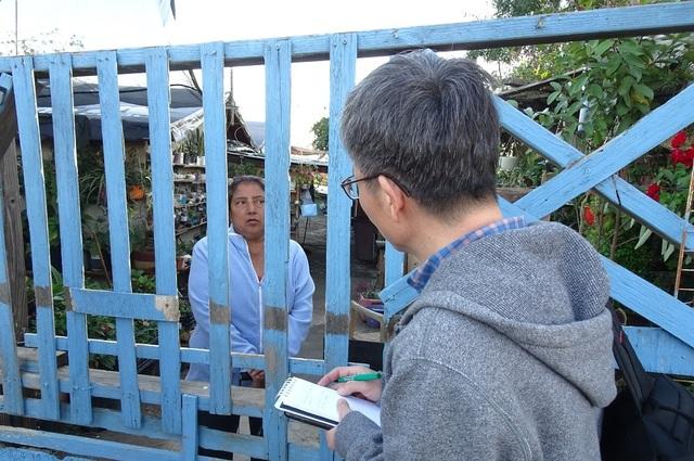 이용인 특파원이 국경 너머 멕시코 티후아나 주민과 이야기를 나누며 현지 상황을 취재하고 있다.