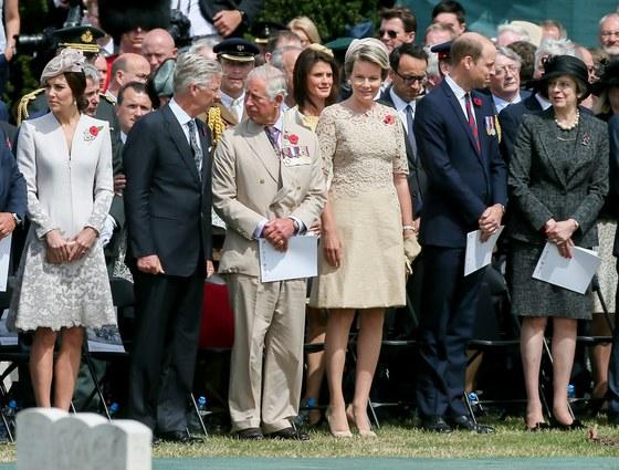 지난해 7월 31일 제1차 세계대전 당시 페젠대일 전투 100주년 행사가 열린 벨기에 조네베커에 모인 영국과 벨기에의 로열 패밀리. 왼쪽부터 영국의 케이트 미들턴 왕세손비, 필리프 벨기에 국왕, 찰스 영국 왕세자, 마틸다 벨기에 여왕, 윌리엄 영국 왕자, 테리사 메이 영국 총리. [EPA=연합뉴스]