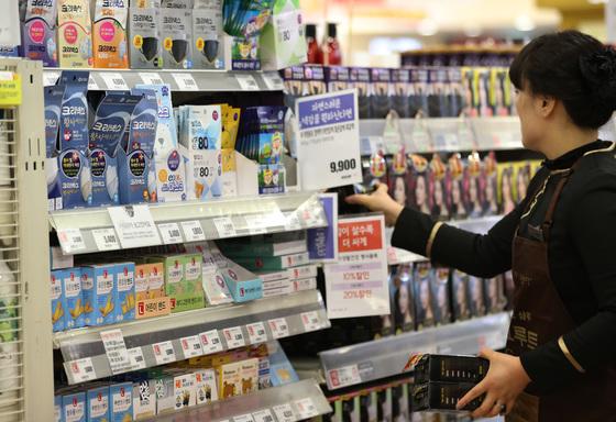 한 마트에서 판매중인 미세먼지 마스크들. /사진=뉴스1