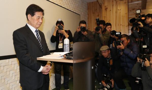 정호영 전 'BBK 의혹사건' 특별검사가 14일 오후 기자회견을 열고 10년 전 이명박 전 대통령 관련 사건을 '부실수사' 했다는 최근의 의혹에 대해 입장을 밝히고 있다. 연합뉴스