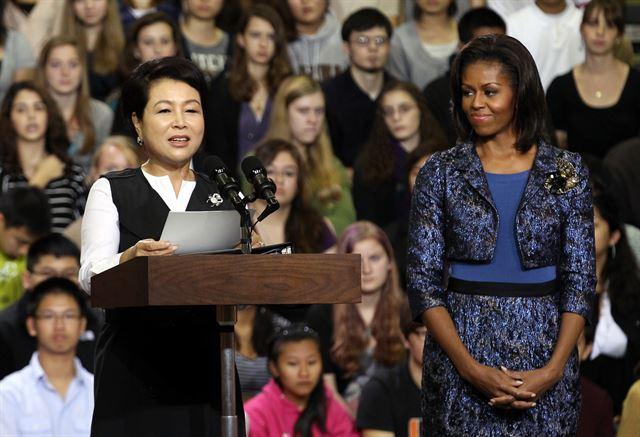 김윤옥 여사가 2011년 미국 방문 당시 미셸 오바마 여사와 함께 고등학교를 방문한 모습. 연합뉴스