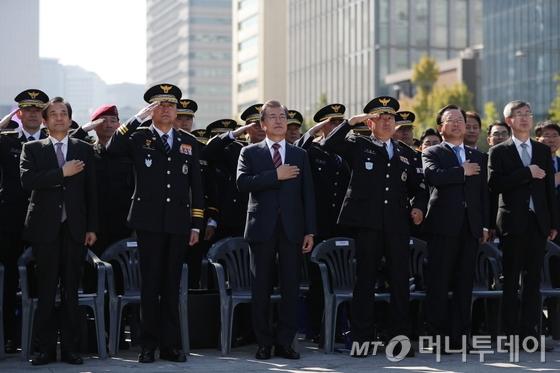 문재인 대통령(왼쪽 세번째)이 지난해 10월20일 오전 서울 광화문에서 열린 제72주년 경찰의날 기념식에서 국기에 경례하고 있다./사진=청와대 제공