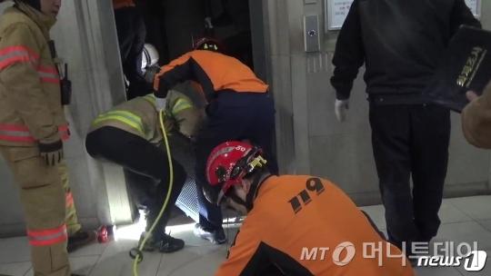 20일 서울 양천구 목동에 위치한 '행복한백화점'에서 승강기 추락사고가 발생해 60대 조모씨(66)가 사망했다. /사진제공=양천소방서
