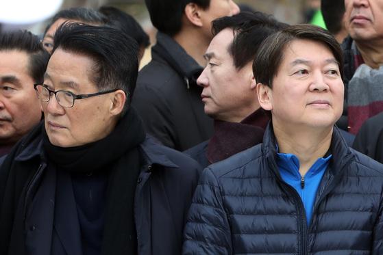 지난 7일 국민의당 박지원 전 대표(왼쪽), 안철수 대표가 전남 여수세계박람회장에서 열린 여수마라톤대회 개막식에 참석해 서로 다른 곳을 바라보고 있다. [연합뉴스]