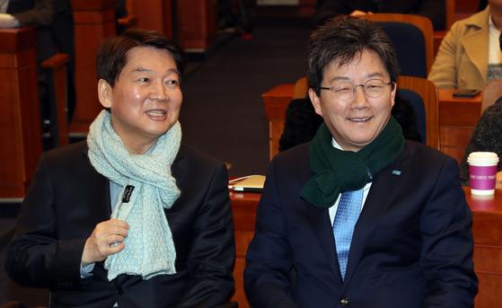 안철수 국민의당 대표(왼쪽)와 유승민 바른정당 대표가 19일 국회 헌정기념관에서 열린 토크콘서트 '청년이 미래다'에 나란히 참석했다. 강정현 기자