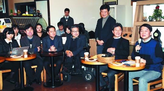 안철수 국민의당 대표(오른쪽)와 유승민 바른정당 대표(오른쪽 두 번째)가 21일 서울 여의도 국회 부근 한 카페에서 열린 공동 기자간담회에서 기자들의 질문에 답하고 있다. 최종학 선임기자