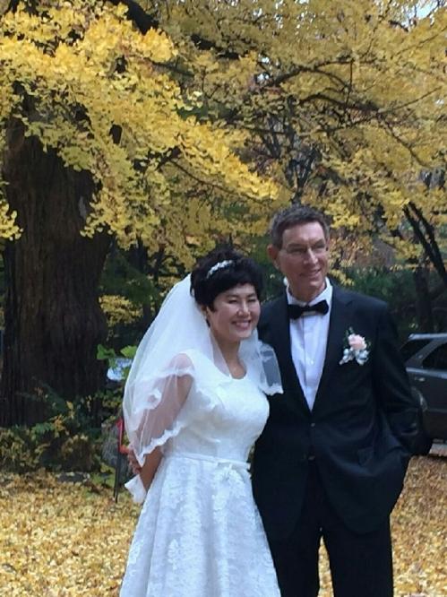 """""""우리 결혼했어요"""" 지난해 11월 서울의 한 성당에서 결혼식을 올린 한비야 월드비전 세계시민학교 교장 모습 [월드비전 제공=연합뉴스]"""