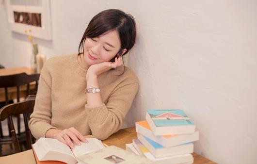 독서를 하는 여성
