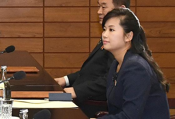 현송월 모란봉 악단 단장이 지난 15일 북측 예술단의 평창 겨울 올림픽 파견 문제를 논의한 남북 실무접촉에 대표로 참석했다. [사진 통일부]