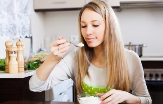 유산균 유제품을 먹는 여성