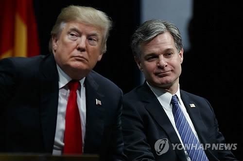 트럼프 대통령과 FBI 국장     (콴티코<미 버지니아 주> AP=연합뉴스) 도널드 트럼프 미국 대통령이 15일(현지시간) 미 버지니아 주 콴티코 해군기지의 연방수사국(FBI) 내셔널 아카데미 졸업식 행사장에서 크리스토퍼 레이 FBI 국장과 나란히 앉아 있다. 트럼프 대통령은 이날 행사 참석에 앞서 &quot;FBI가 해놓은 일은 수치스럽다. FBI를 재건하려고 한다&quot;라고 말했다.
