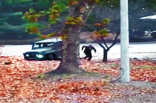 북한군 병사 오청성씨가 지난해 11월 판문점 공동경비구역(JSA)에서 군용 지프에서 내려 남측을 향해 달리고 있다. 국가정보원은 24일 오씨 귀순은 우발적으로 이뤄졌다고 국회 정보위에 보고했다.유엔군사령부 제공 [단독] 오청성, 음주운전 사고 내고 우발적 귀순