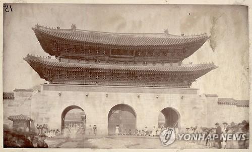 1893년 9월 이전에 촬영된 것으로 추정되는 광화문 사진. [문화재제자리찾기 제공=연합뉴스 자료사진]