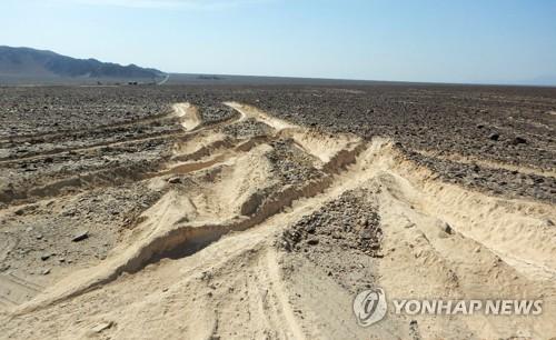 타이어 자국에 훼손된 나스카 유적지 현장 [페루 문화청 제공·AFP=연합뉴스]