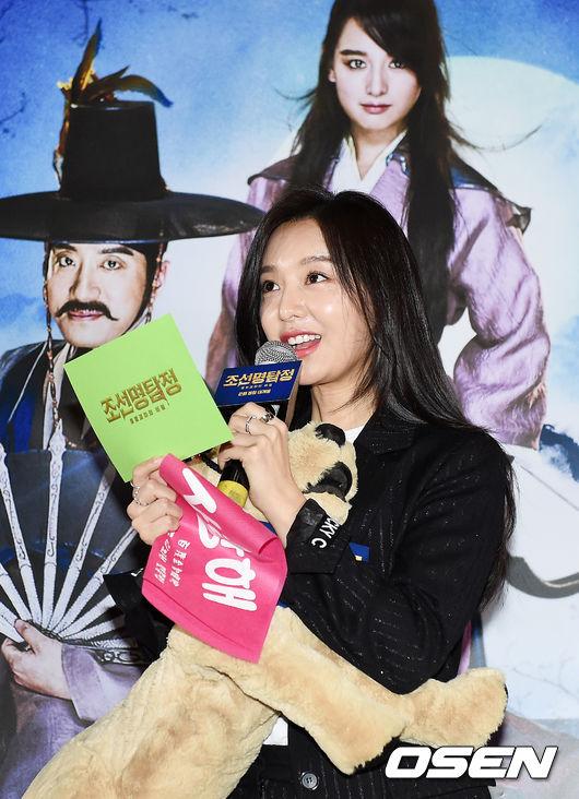 [사진]김지원, '팬들과 즐거운 무대인사'