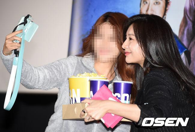 [사진]김지원, '사랑스런 미소로 팬들과 셀카'