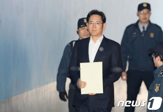 이재용 삼성전자 부회장이 5일 서울고등법원에서 열린 자신의 항소심 선고 공판에 출석하고 있다. (사진제공=뉴스1)